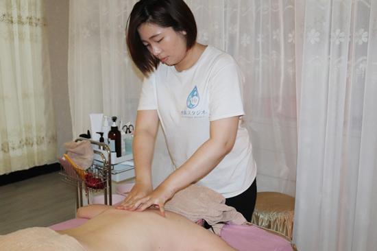 水素精華液~溫柔按摩背部,水素透入肌膚,感受更舒服與放鬆。