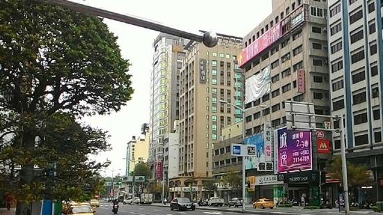 商業競爭激烈,商家更換頻率拉高,圖內為高雄某商圈店面出售案。