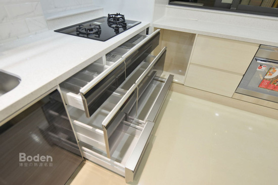 TAKARA日本廚具底層『足元抽』設計,提高收納量。