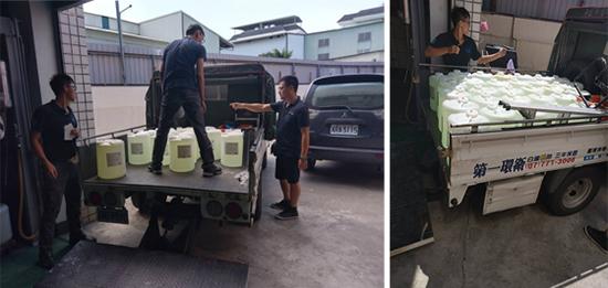 第一環衛工作人員正準備將一卡車的二氧化氯殺菌劑出貨到食品廠。