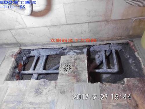 補習班女廁面盆下方管路多又複雜,是一件大工程。