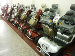 高雄市高紅電動代步車款式多樣、選擇多,還可依照使用者需求,加裝遮陽棚、置物籃、雙人座椅。