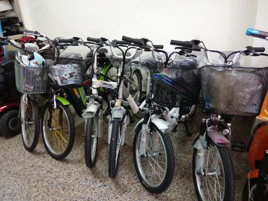 高雄高紅電動車店內陳列多款電動輔助自行車、電動自行車,可現場試騎。