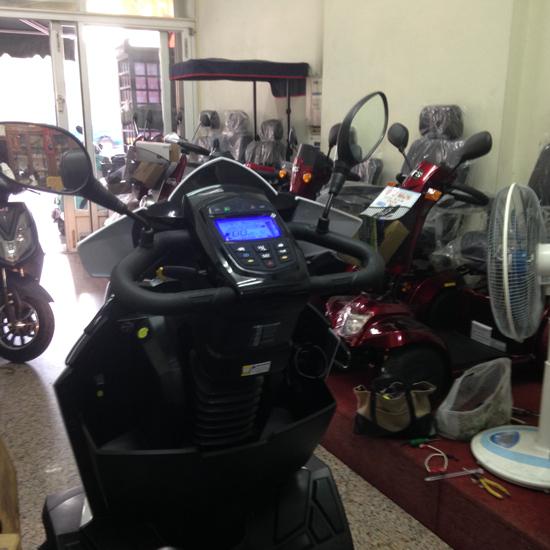 電動代步車配備高檔,儀表板有多功能的設計,高紅電動車讓你享有最大的「安全」。