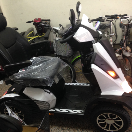 高雄高紅新推出的賓士級電動代步車,符合消費者多功能的需求。
