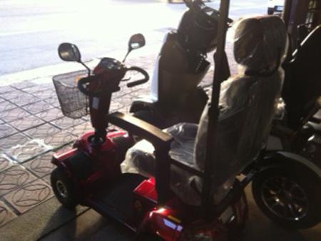 有一台電動代步車,是長輩外出的得力助手。