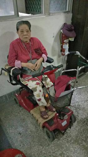 高雄果貿社區購買第一台電動代步車的婆婆。當時林老闆還幫婆婆客製化,讓婆婆可將助行器掛在車子旁邊,十分方便,因此這次換車,婆婆又要求林老闆比照辦理。