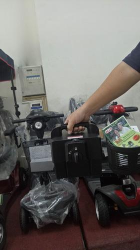 小型電動代步車的電瓶體積小,重量也不重,可以直接提上樓充電。