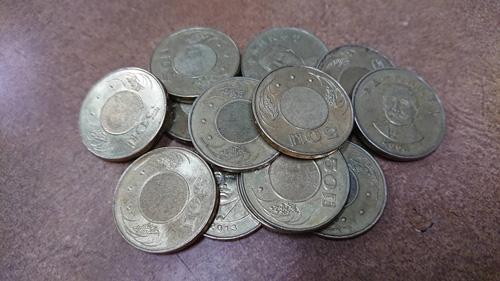 幫大寮婆婆換輪胎,婆婆東湊西湊一堆零錢,其實不夠支付維修工錢。