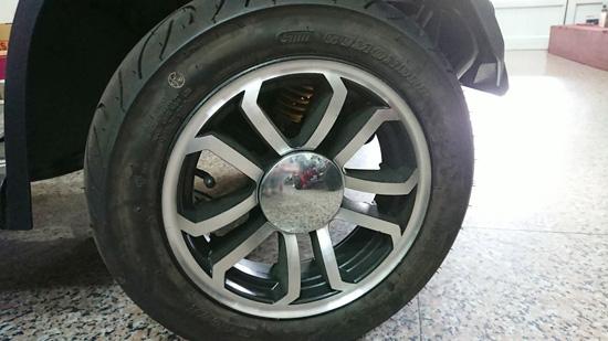 大型電動代步車輪胎充氣磅數約為35磅到40磅之間。