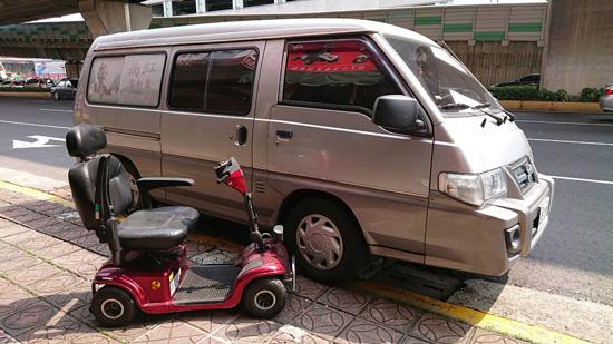 高紅服務車,車內空間大,可放入電動代步車及維修工具與零件。