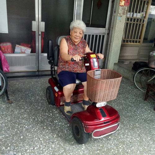 個性愛乾淨的婆婆,很珍惜這台陪伴她多年歲月的電動代步車。外觀看起來保養不錯的電動車,竟是十五年前向高紅買的車款,真令人訝異!