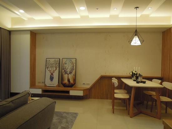采顥室內設計團隊將天花板以簡約線條柔化大樑,交錯崁燈增添柔和感。