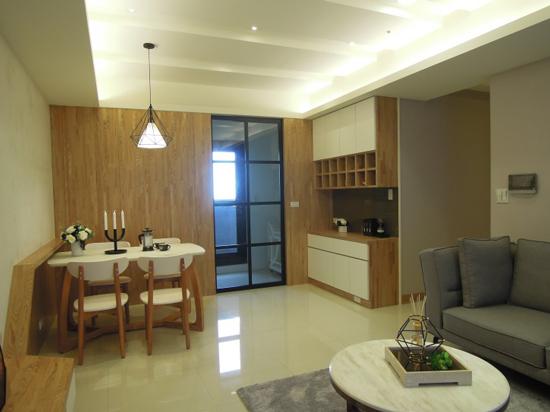 高雄「采顥建築空間設計」將開放式餐廳與明亮的廚房,營造出清新自然的場域空間。