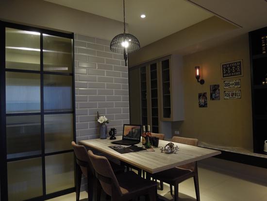 采顥空間設計~玄關與餐廳以黑、灰主色調建構出流暢的空間感。