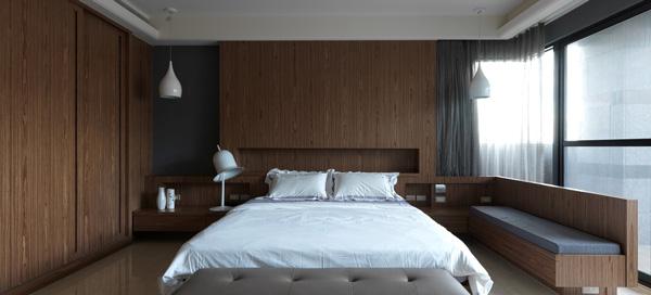 房間設計:沉穩的木色設計,床頭背板延伸出去,做成小型臥榻,簡約且舒適。