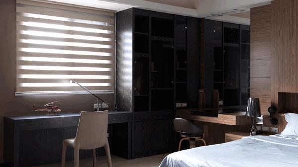 房間設計:正對大窗的書桌區,收納功能強大的高櫃,與簡約實用的化妝台,自成房間小天地。
