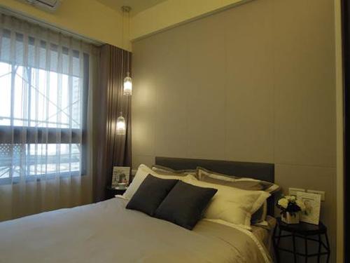 采顥/綵宸室內設計善用配件為住宅加分,柔和的吊燈搭配灰色人造皮與深色交錯的牆面,立體感滿分。