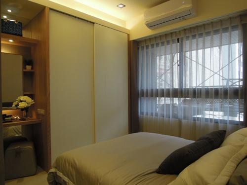 床尾推拉門衣櫃及梳妝台層板設計:節省空間做最大的利用。
