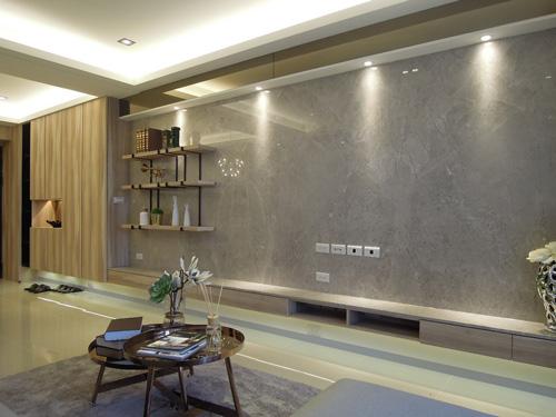 玄關大面鞋櫃延用與電視牆下方的收納櫃同質感的木紋色,營造設計整體性。懸空式電視櫃使櫃體頓時輕盈起來。