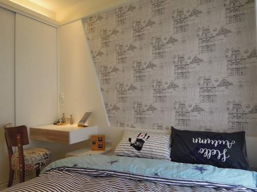 抽屜面板採用暖色系的木紋美耐板,增添臥房的溫暖度。