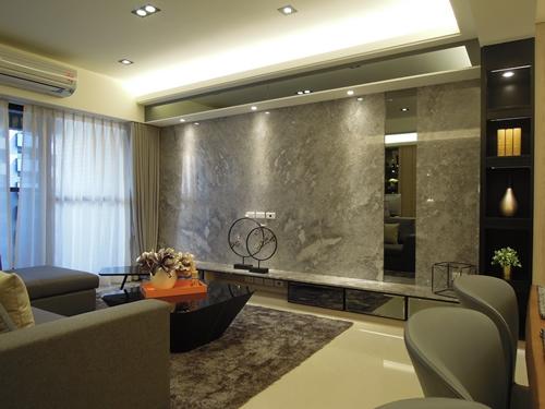 """空間設計運用貼鏡,客廳樑柱化為""""無形"""",壓迫感全然消失不見。"""