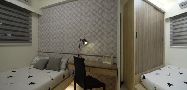 為了善用小坪數的次臥空間,書桌樣式簡潔,衣櫃和床板木作結合一起。