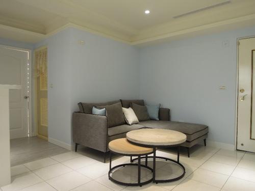 大門處就有一個寬敞的空間長期閒置,室內設計師將天花板全部打掉重做,粉刷粉藍色漆面,再放置新款家具組,讓整體氣氛顯得優雅許多。