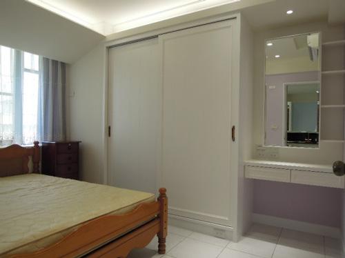 主臥床鋪更換方位,動線更為流暢。原來的床頭區域變成衣櫃和梳妝台,收納空間變大也變整齊了。