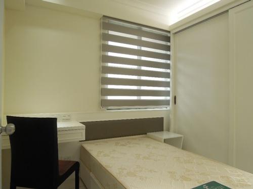 原本主臥收納功能較弱,窗戶在床鋪的左側。改裝後,以鵝黃色的溫暖色調粉刷,搭配調光捲簾,看起來簡約又溫馨。