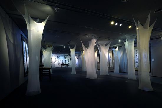 采顥室內空間設計為星雲大師一筆字書法展佈展,將展場營造出聳立的樹林意境。