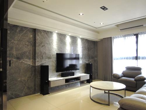 石板門片的把手為隱藏式溝狀設計,方便開關又不顯突兀;天花板雙層式層板燈設計讓燈光更有變化,處處細節均為設計師之巧思。