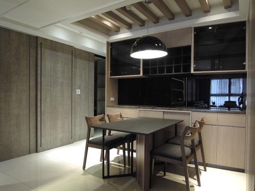 餐廳區的天花板採用經典鄉村風的木頭橫樑,不但和木紋壁面相互輝映,也增添一份寧靜感。