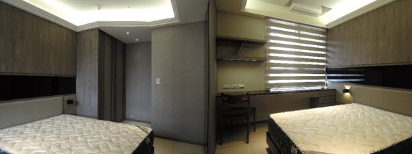 床頭壁面以長條黑色鏡面玻璃橫切過整面壁牆,再搭配淺色人造皮,不同材質的混搭讓小空間顯得獨具特色。