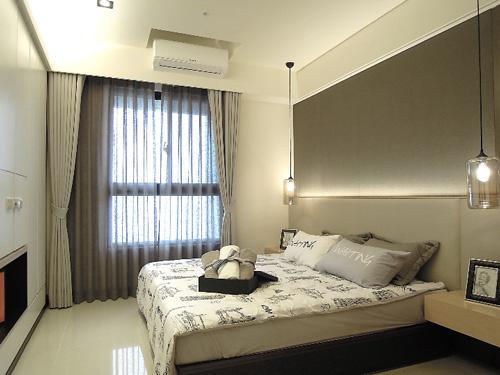 主臥的空間設計以白色、米色、淺灰色為基調,呈現簡潔的放鬆感。