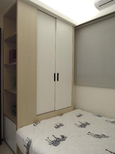 孩臥床尾的延伸就是衣櫃與書櫃,這是經常運用在小空間的收納法。