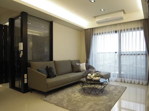 室內設計師將客廳沙發背牆打掉一半,改裝噴砂玻璃,使後方的多功能室更有通透感。