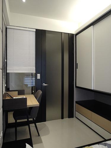多功能室的小空間,設置了床鋪、書桌、書櫃和衣櫃,實用性也非常強大。