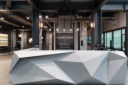 迎接客戶的第一道門面,就用設計感十足的木作折板櫃檯讓人留下深刻印象!