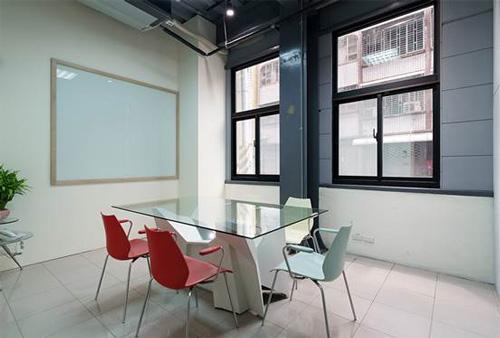 舊公司搬來的木折板桌子與椅子,竟能在討論區場域蹦出視覺新滋味。
