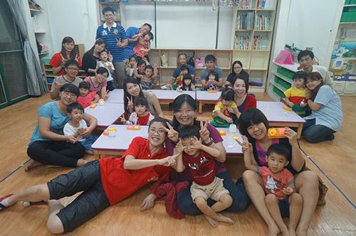 幼儿园老师与幼儿互动图片