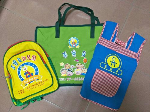 幼幼班、小班名額有限,6月底前完成新生註冊,贈送乖寶貝專屬的棉被袋、工作服及書包。