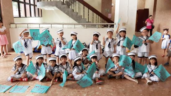 準備表演水手進行曲的高雄楠梓區童心園幼兒園可愛孩童們。
