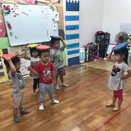 高雄楠梓區童心園幼兒園小幼班新生玩平衡遊戲,新鮮有趣且須專注的活動,轉移與父母分離的注意力!