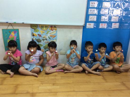 童心園幼兒園以寓教於樂的方式,利用一些素材,讓幼兒園孩子練習送氣。