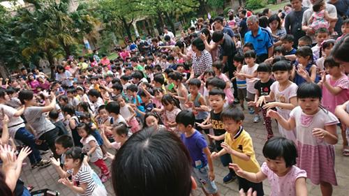 小朋友們扭著腰、揮著小手,跟上童心園老師的節奏,大家一起來。