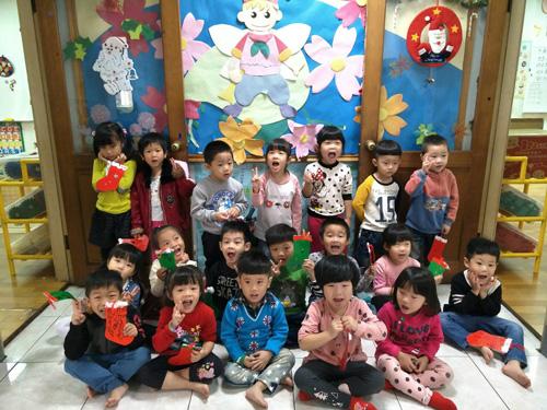 聖誕襪裝飾完成了!孩子們用心的小作品,爸爸媽媽一定要慎重看待喲!