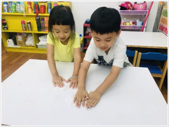 學習分工合作!我們一起把桌子擦乾淨。
