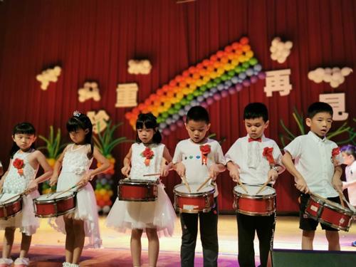 由童心園畢業班領銜主「打」進行曲,幼兒園孩子節奏感很OK喲!