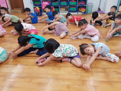 往左伸展、往右伸展、往前伸展,都難不倒童心園幼兒園孩子。